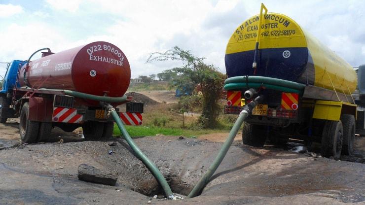 河川の隣で投棄される排泄物汚泥(ケニア)