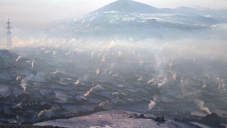 低質炭の燃焼により無数の伝統家屋ゲルから発生する煙(モンゴル)