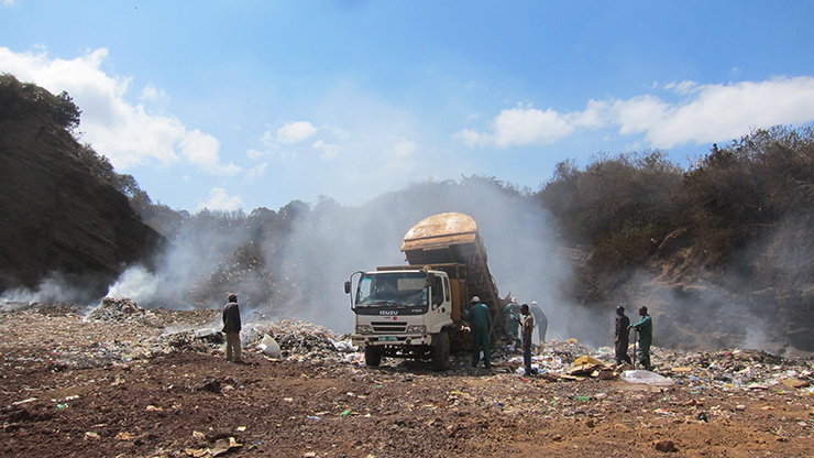 地方中核都市の最終処分場。ごみと有害な煙により劣悪な環境となっている(ケニア)